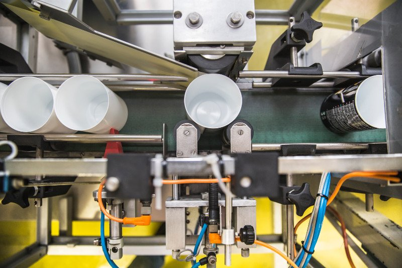 vasetti su un nastro di un macchinario
