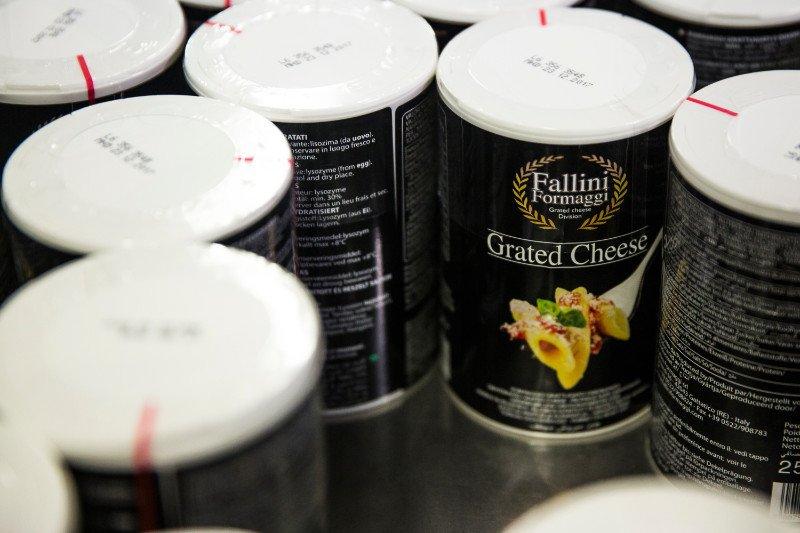 Dei barattoli con formaggio grattugiato