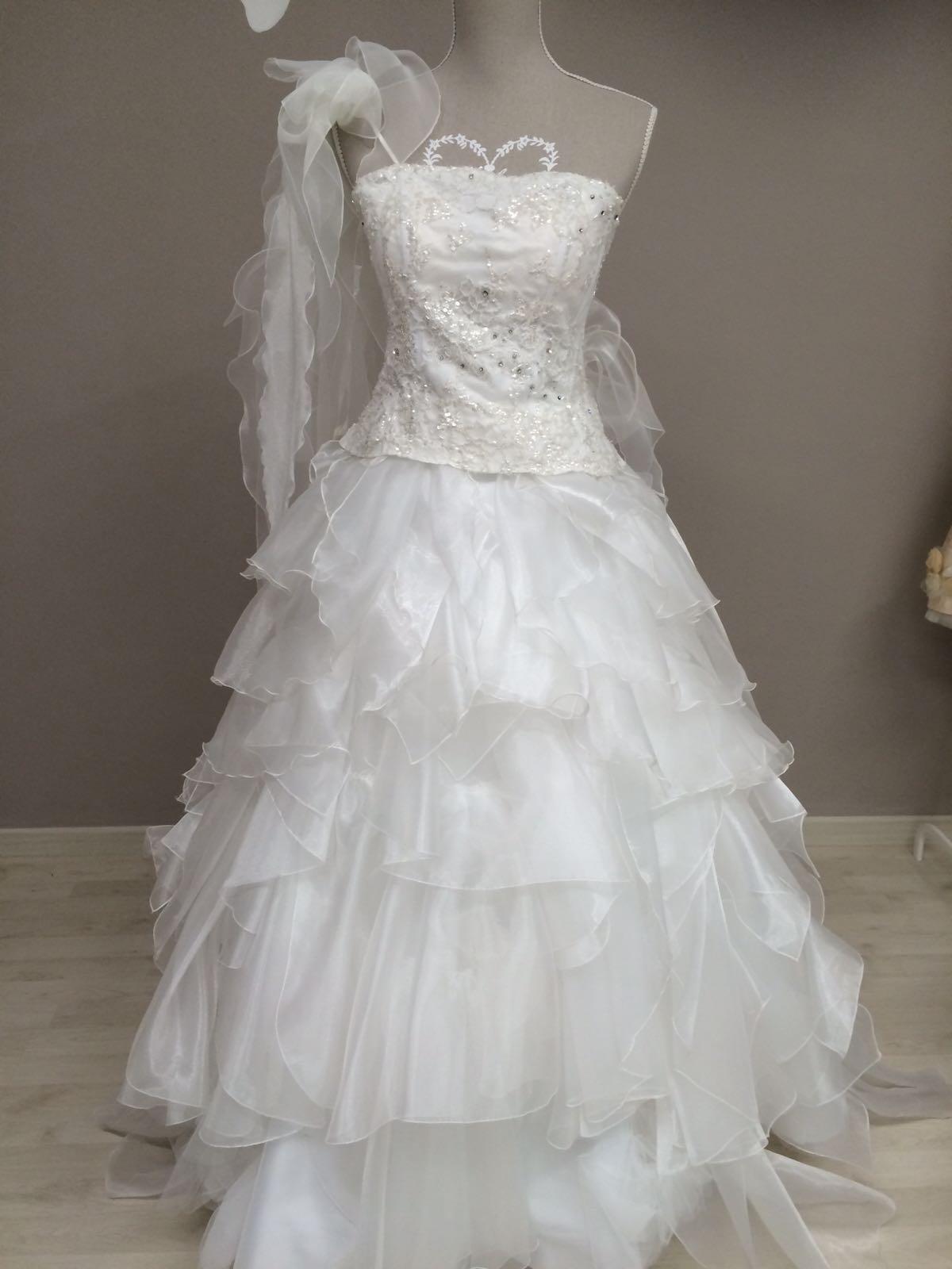 abito da sposa con velo corredato