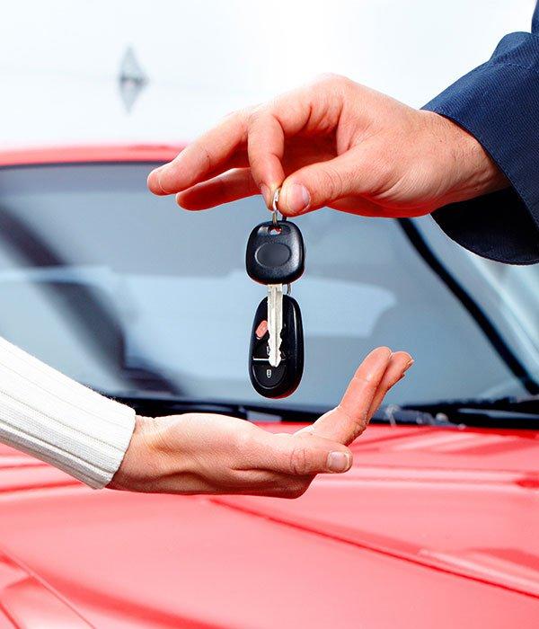 Uomo consegna a donna chiavi di automobili