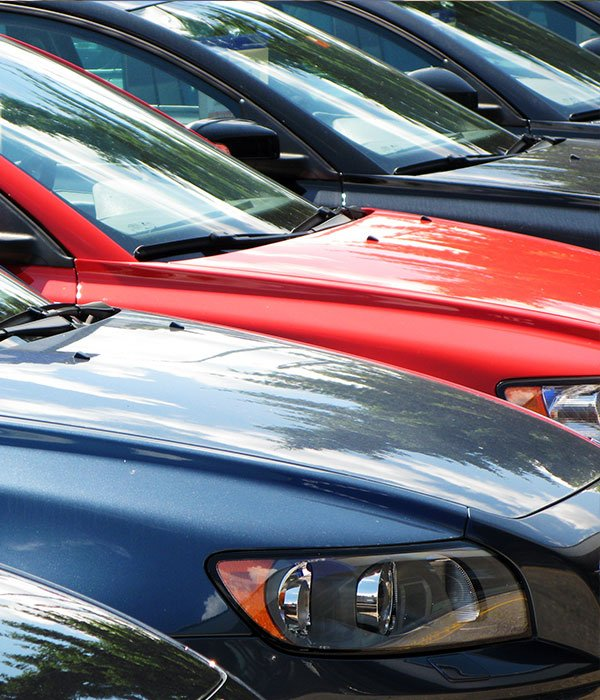 diversi colori di automobili diverse parcheggiate