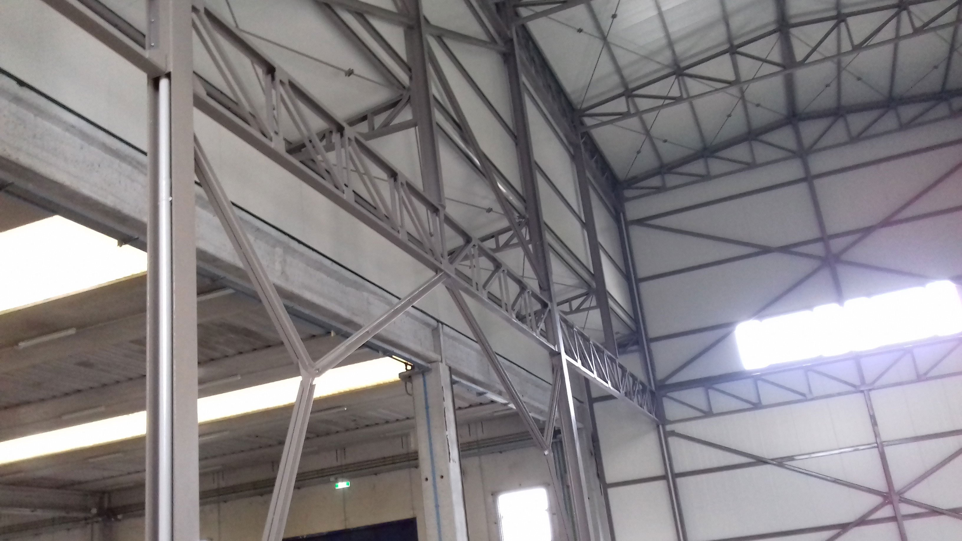 strutture in ferro che sorreggono il tetto del magazzino