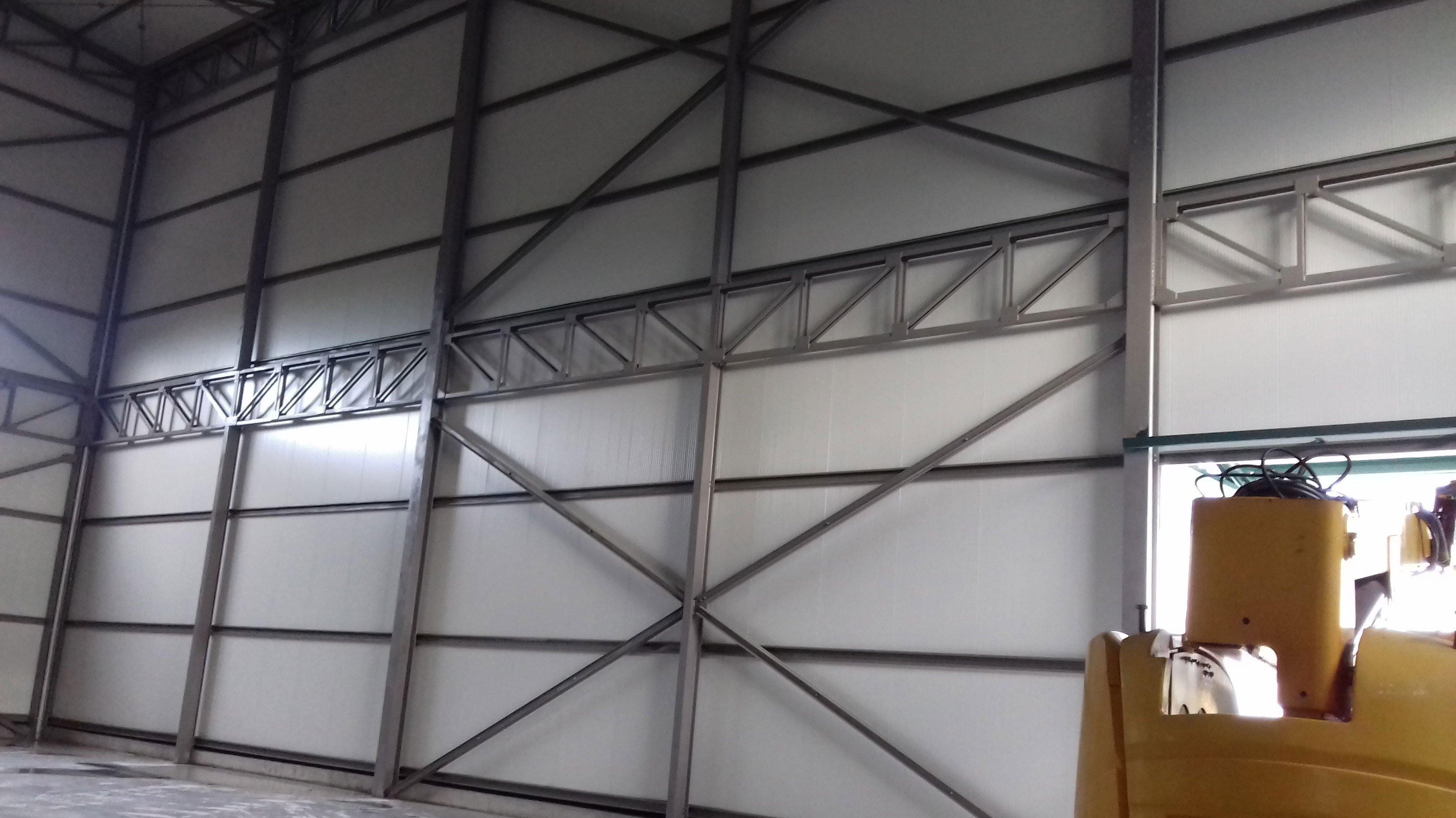 struttura in ferro su una parete dello stabile