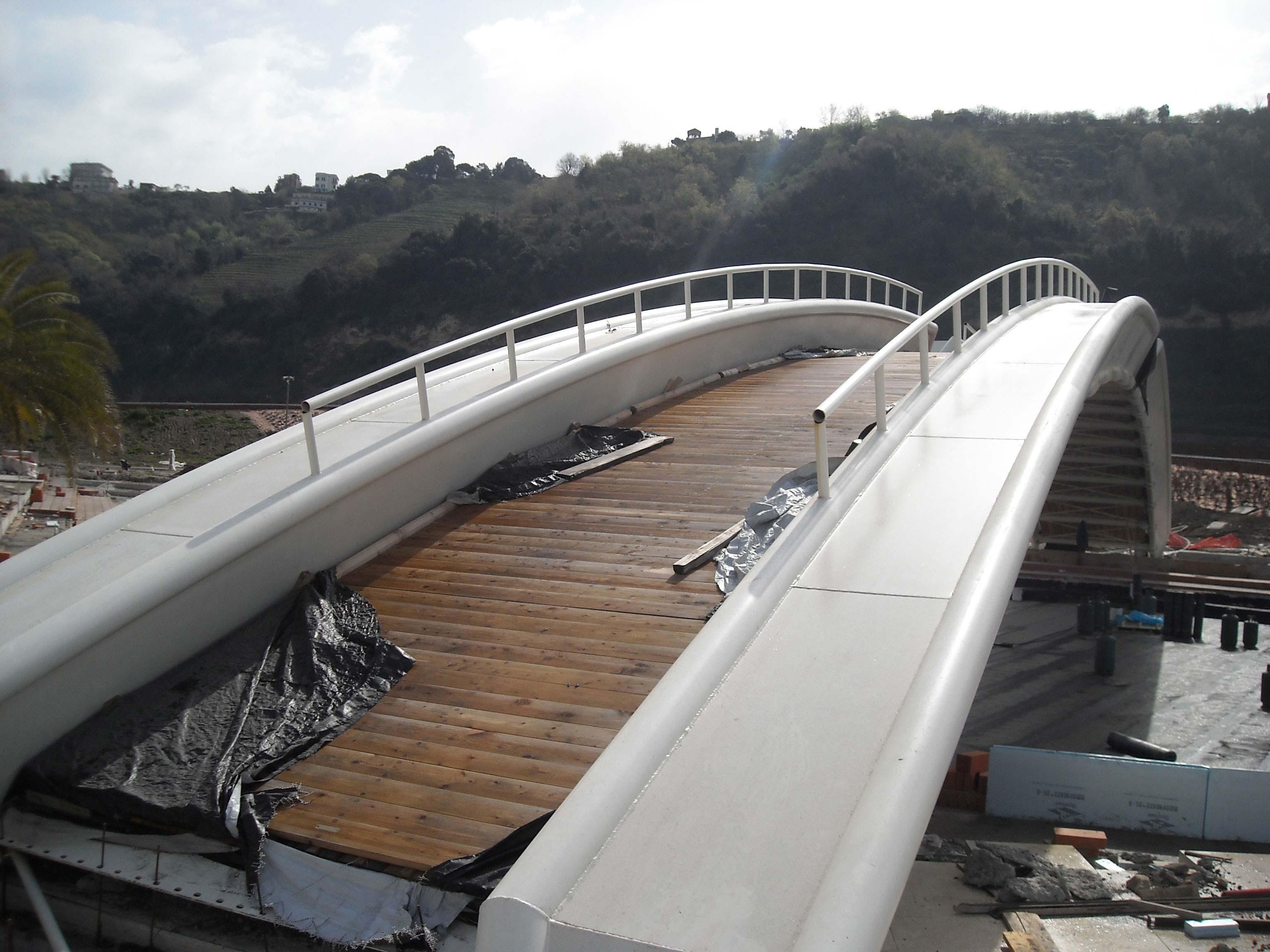 un ponte con scorrimano bianchi e pavimentazione in listelle di legno