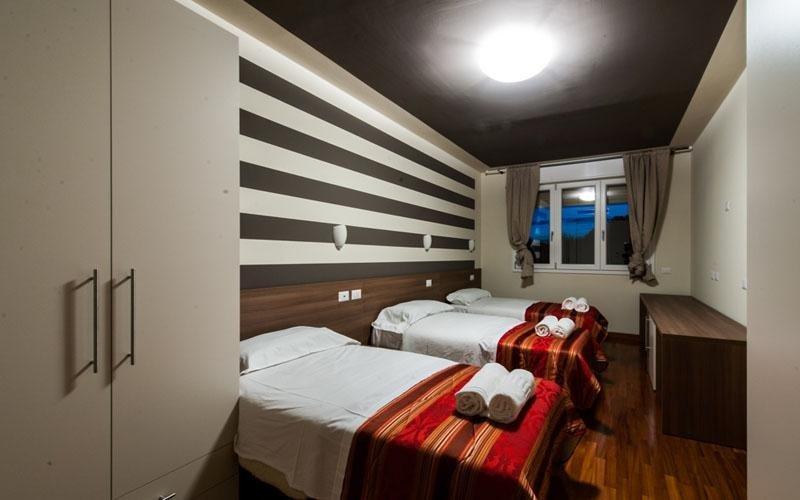 Camera tripla comoda e conveniente