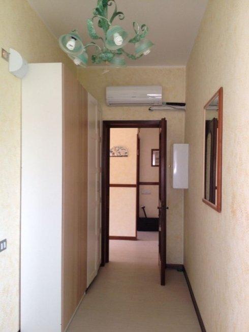 corridoio con porta aperta