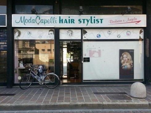 Su richiesta i parrucchieri Modacapelli eseguono acconciature alla moda e treccine rasta.