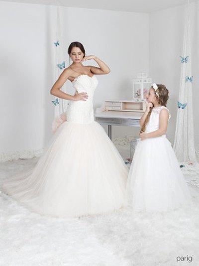 modella vestita da sposa e ragazzina con un abito da cerimonia