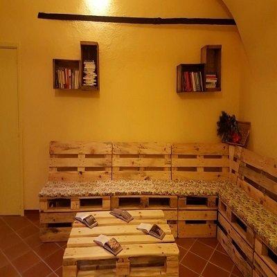 un tavolino e una panca fatte di casse di legno