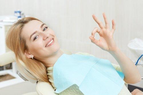 paziente ride sulla poltrona del dentista