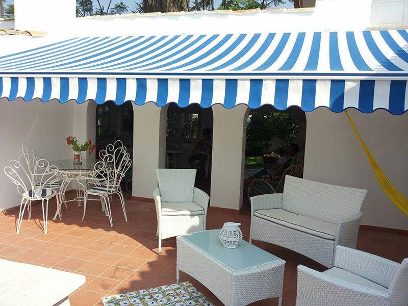 Poltrone e tavola sotto una tenda da sole a Lipomo e Como