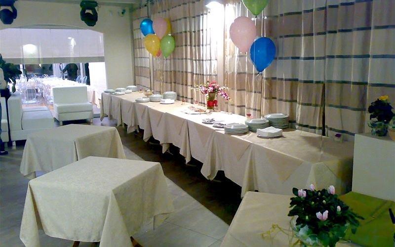 tavole apparecchiate a festa