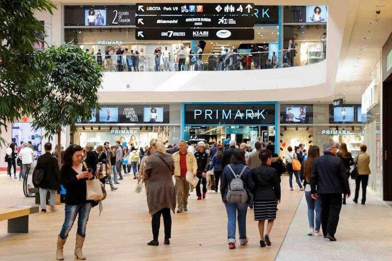 Interno di un centro commerciale Primark con negozi e persone