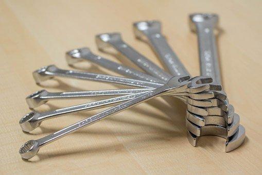 una serie di chiave inglesi cromate disposte a ventaglio
