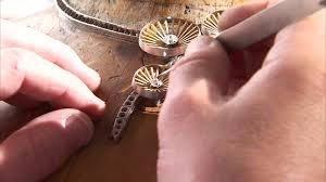 due mani che stanno realizzando un gioiello