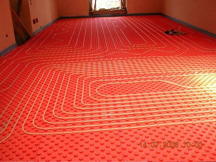 un impianto su un rivestimento di gomma rossa su un pavimento