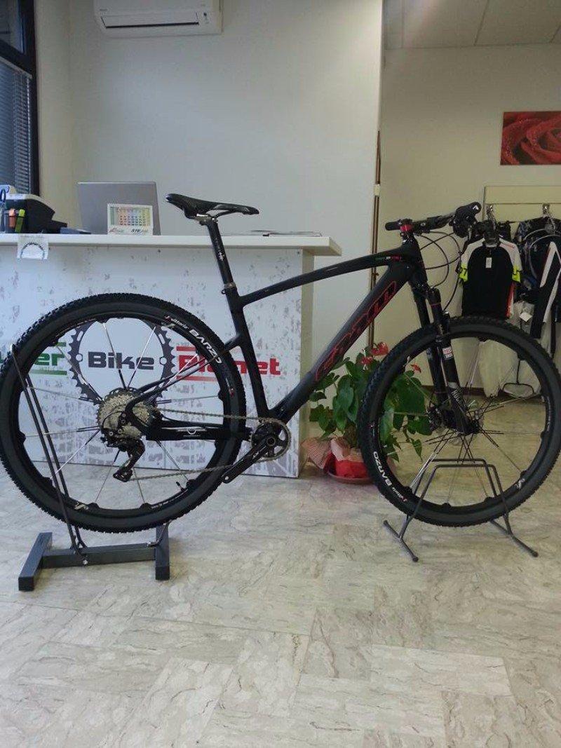una mountain bike nera