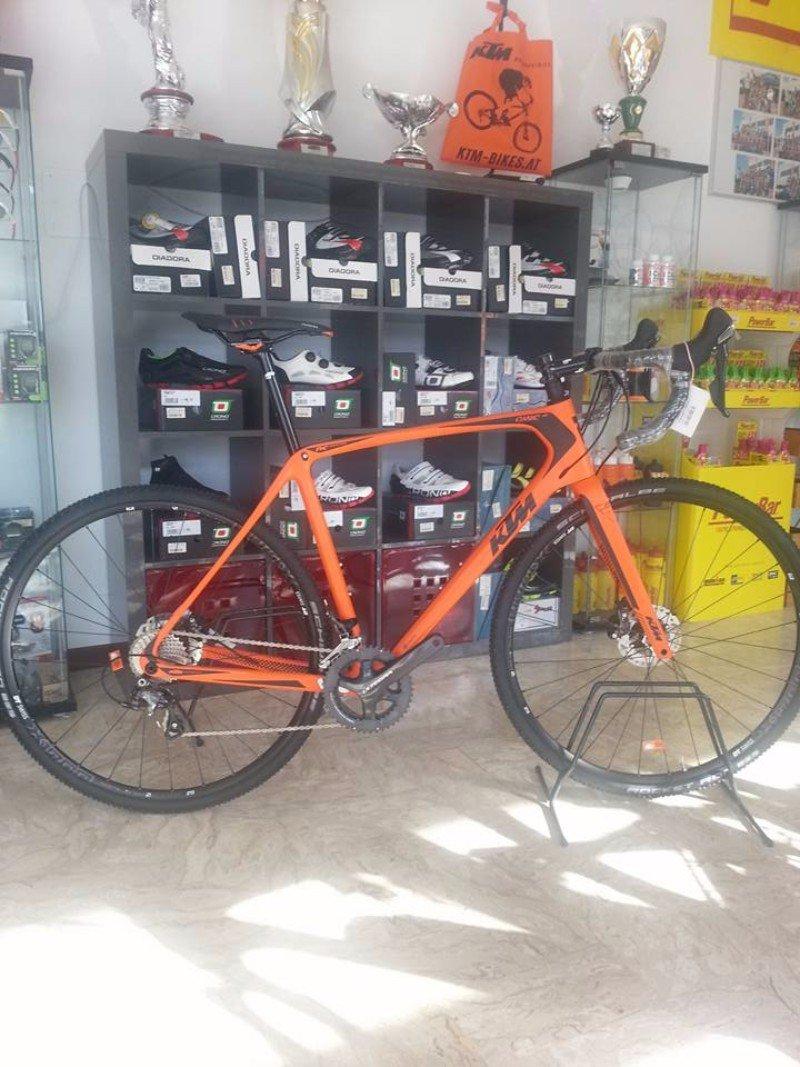 una mountain bike arancione KTM