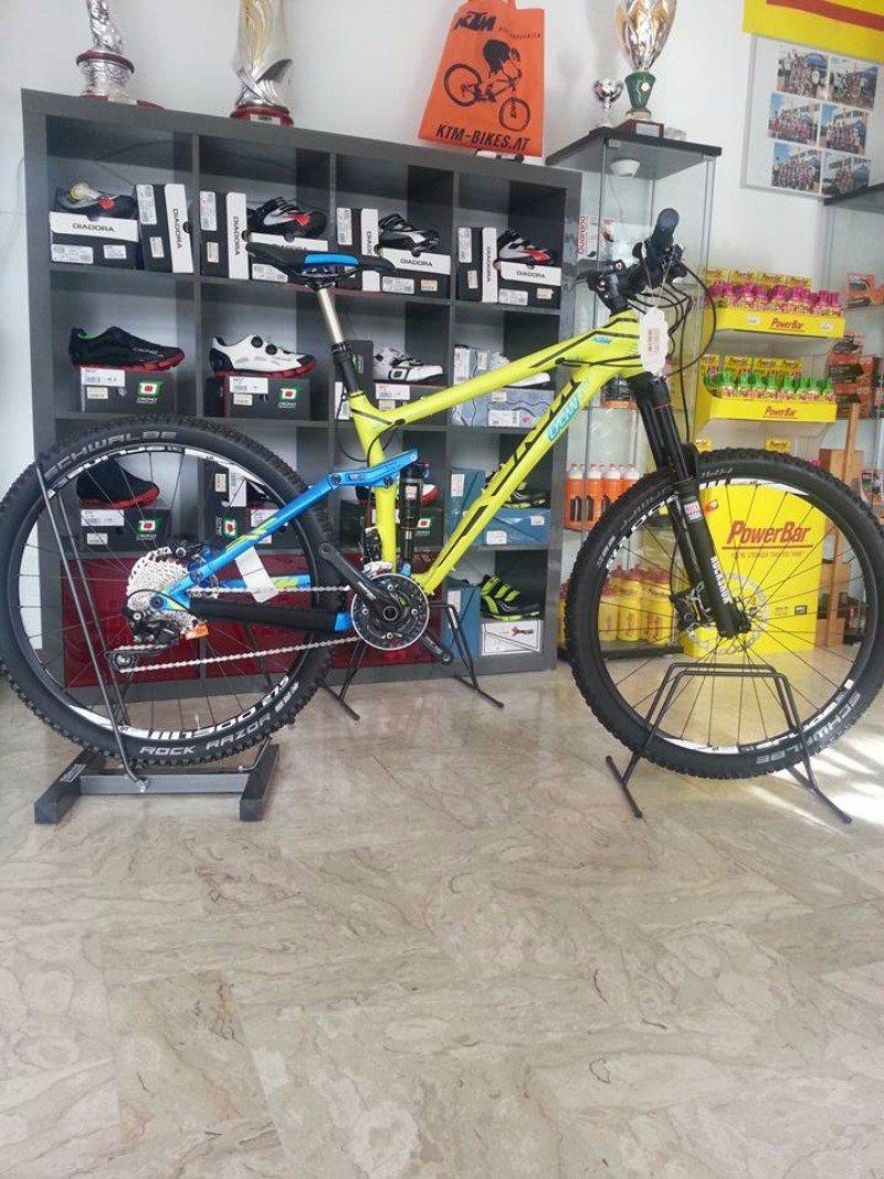 una mountain bike gialla