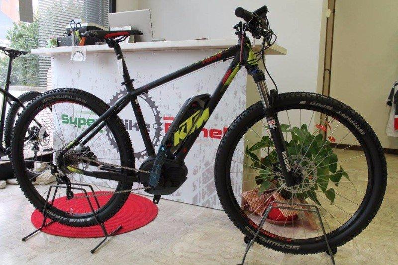 una mountain bike nera con la scritta KTM in giallo