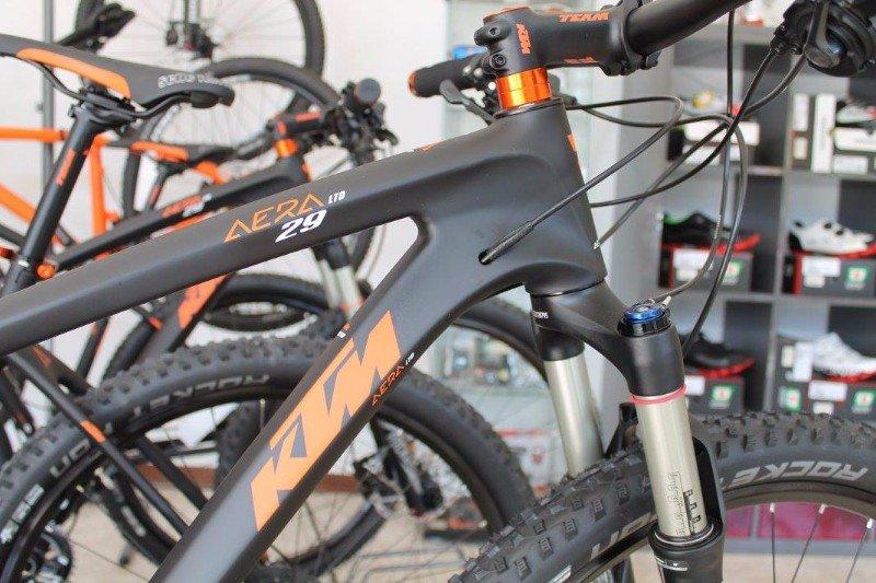 una bici KTM grigia con la scritta arancione e  la scritta Aera 29