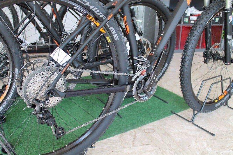 vista delle ruote e delle catene di alcune bici
