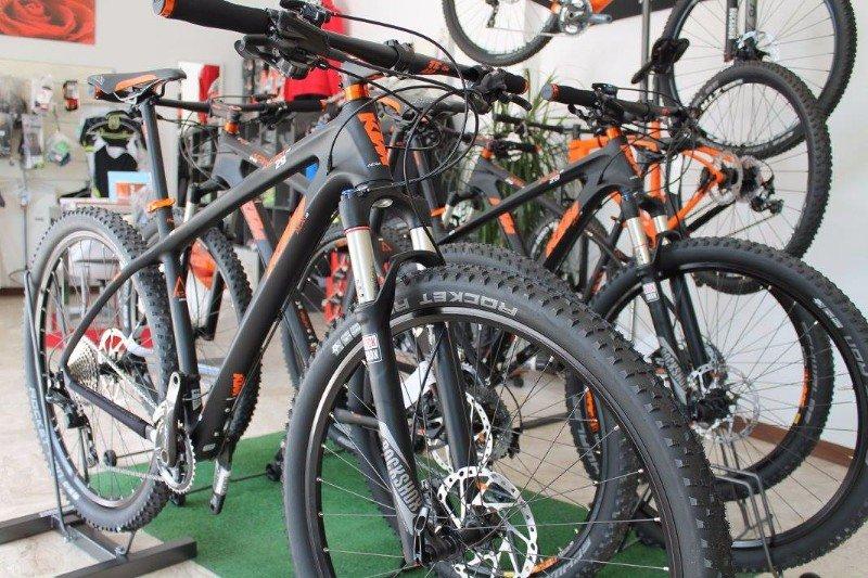 delle mountain bike KTM di diversi colori