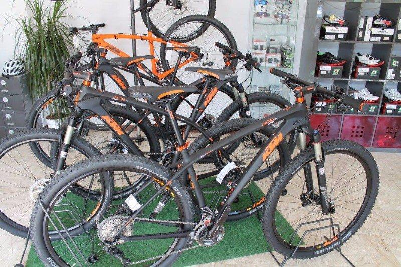 delle mountain bike KTM color grigio scuro e alcune arancioni