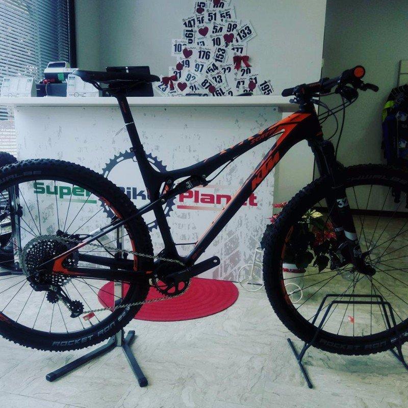 una mountain bike nera con la scritta KTM in arancione