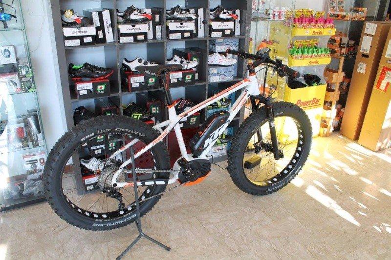 una mountain bike KTM bianca e arancione
