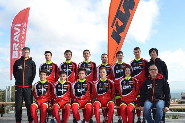 un gruppo di ciclisti in posa per una foto