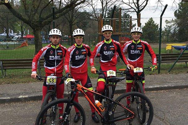 quattro ciclisti su delle bici in posa per una foto