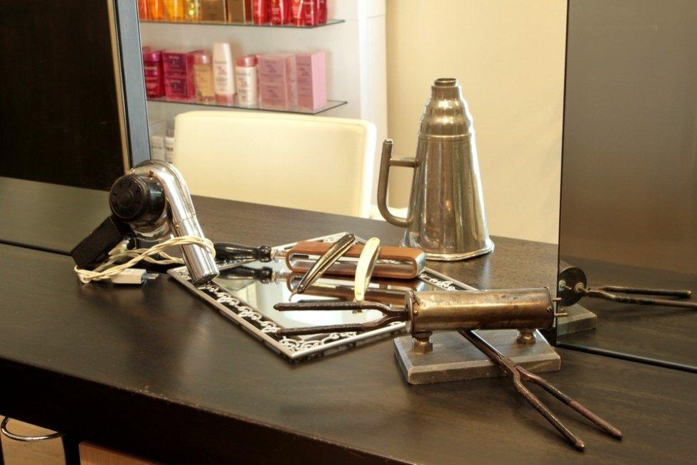 un fon, uno specchio e  altri attrezzi da parrucchiere