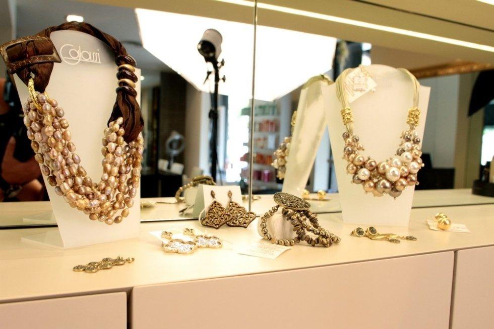 una vetrina con dei gioielli di perle