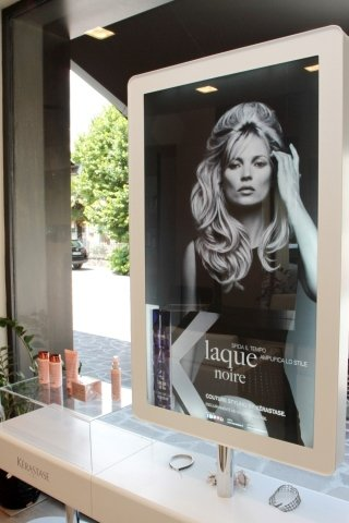 dei prodotti e un pannello con una foto di Kate Moss