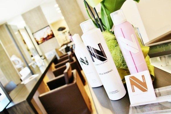delle confezioni di prodotti per i capelli in un parrucchiere