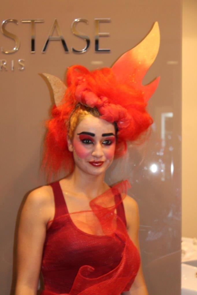 una donna con una parrucca arancione