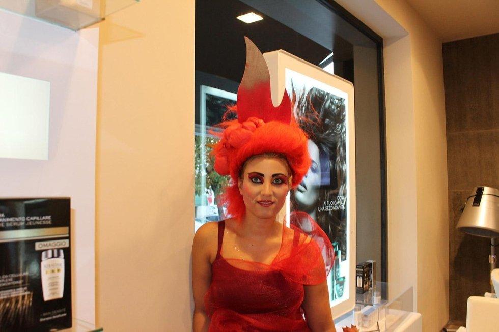 una donna in posa  con un abito rosso e una parrucca arancione