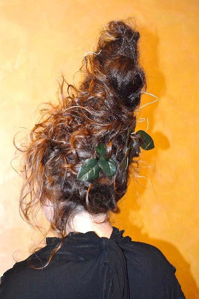 capelli di una donna tirati in su e messi in piega con la lacca