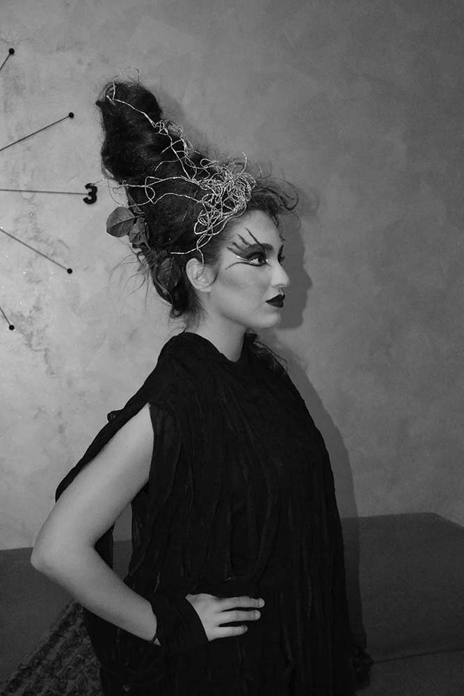 una donna truccata da strega