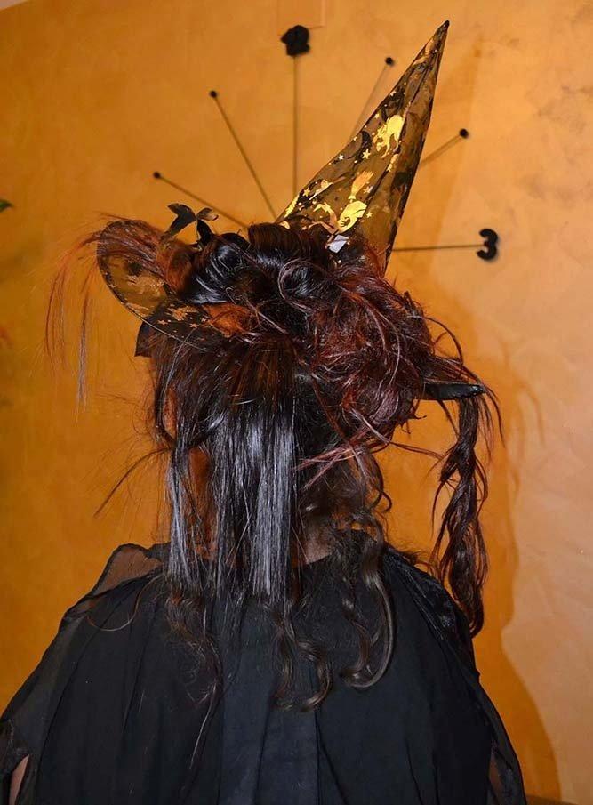una donna vestita da strega vista da dietro