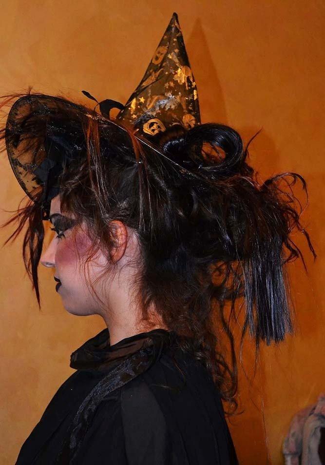 una donna vestita da strega vista di profilo