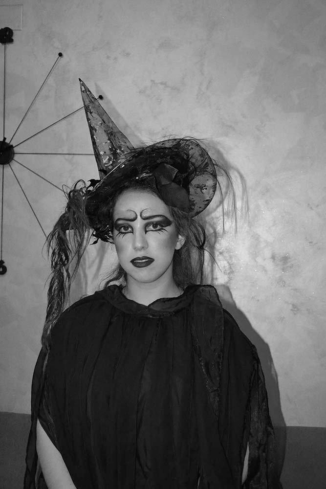 foto in bianco e nero di una ragazza vestita da strega