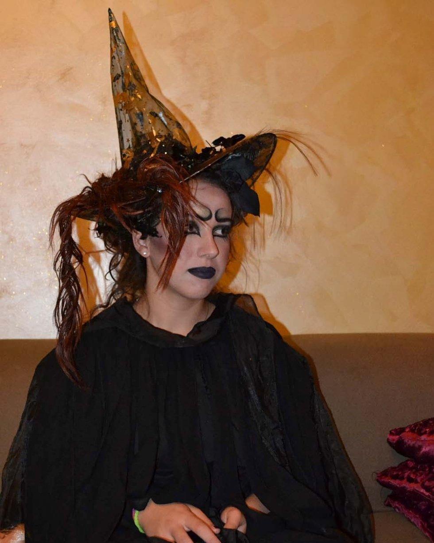 una donna vestita da strega