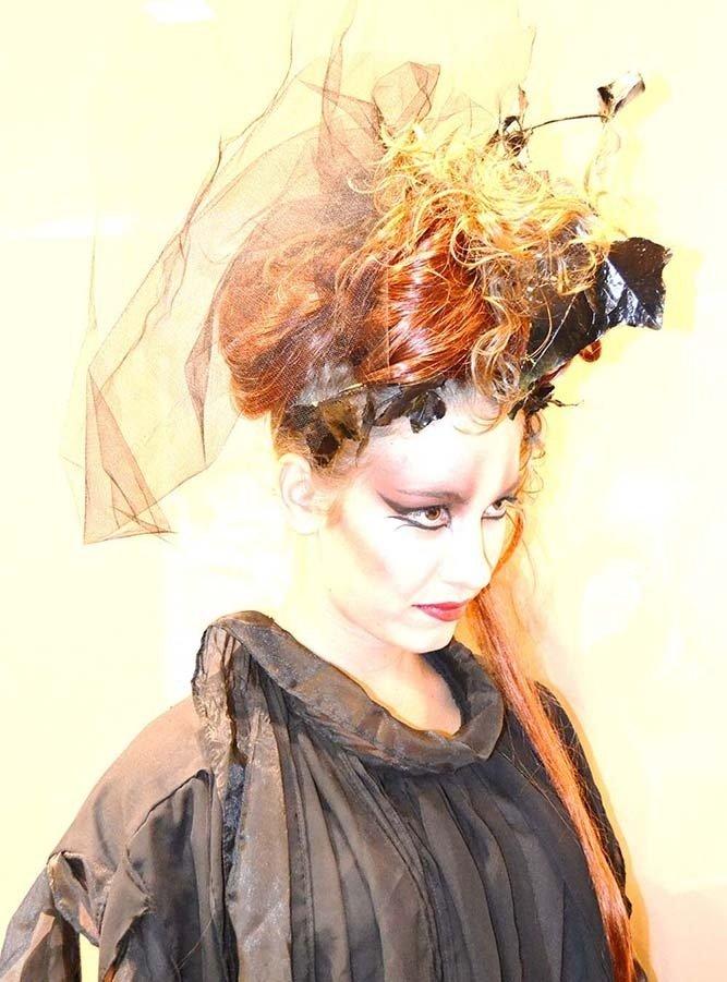 Donna con trucco e acconciatura gotica