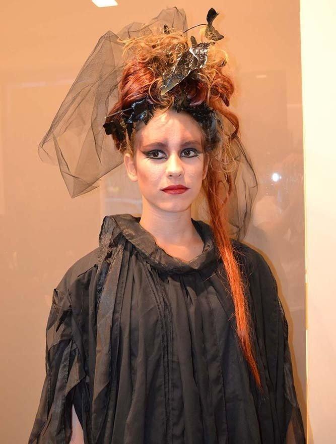 Donna con capelli lunghi rossi e acconciatura con rose e velo nero