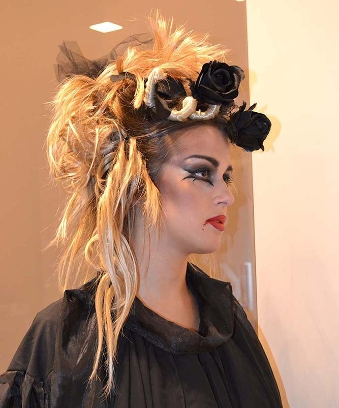Ragazza con capelli raccolti in acconciatura gotica con rose nere