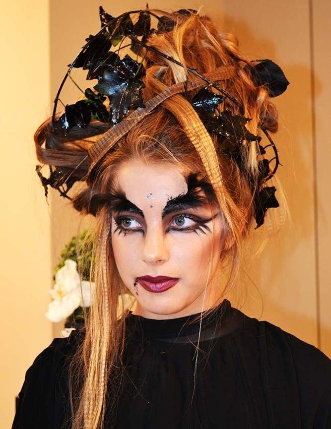 Ragazza truccata da vampiro, con capelli raccolti con fiori neri