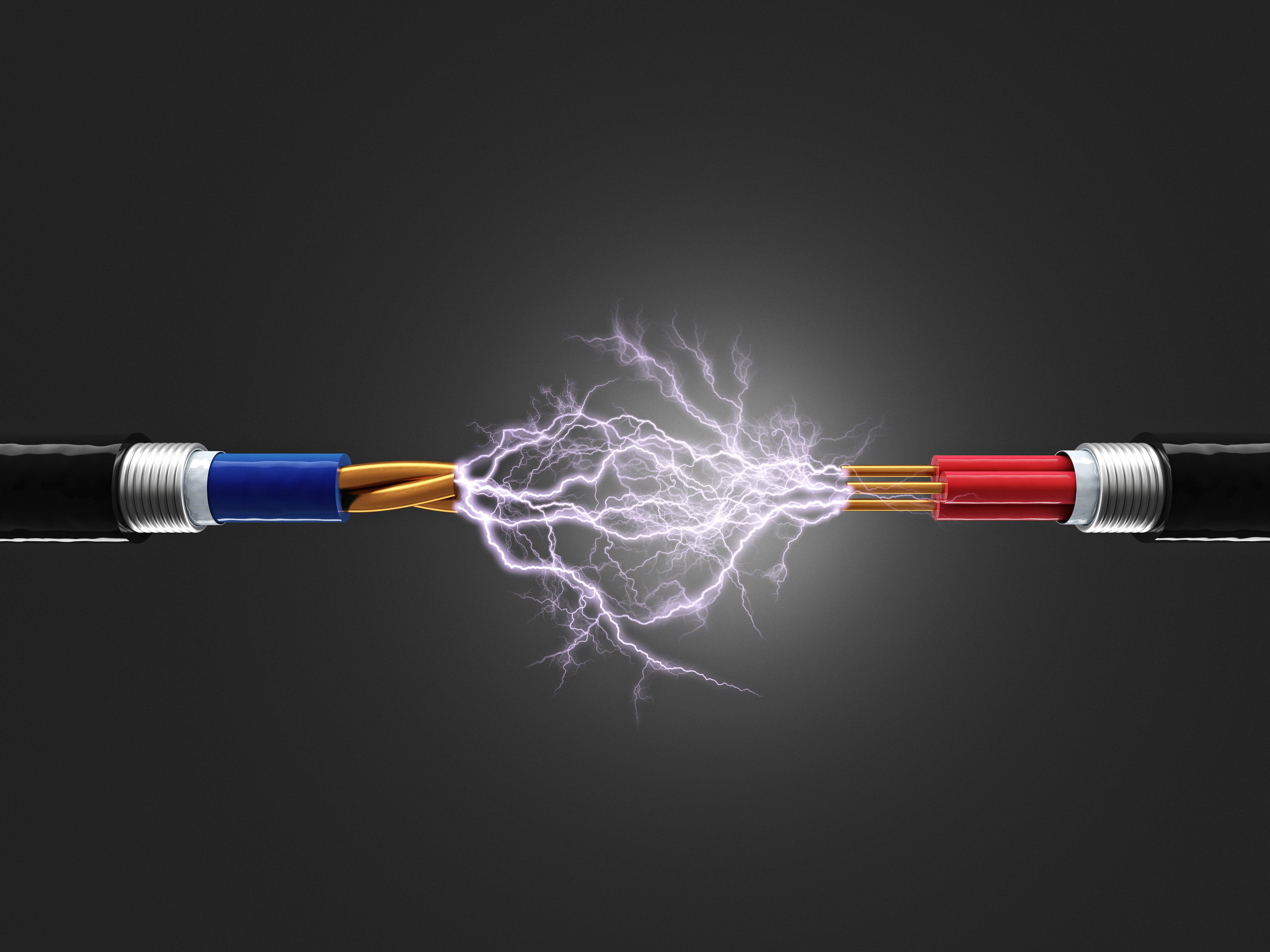 due cavi elettrici che si toccano