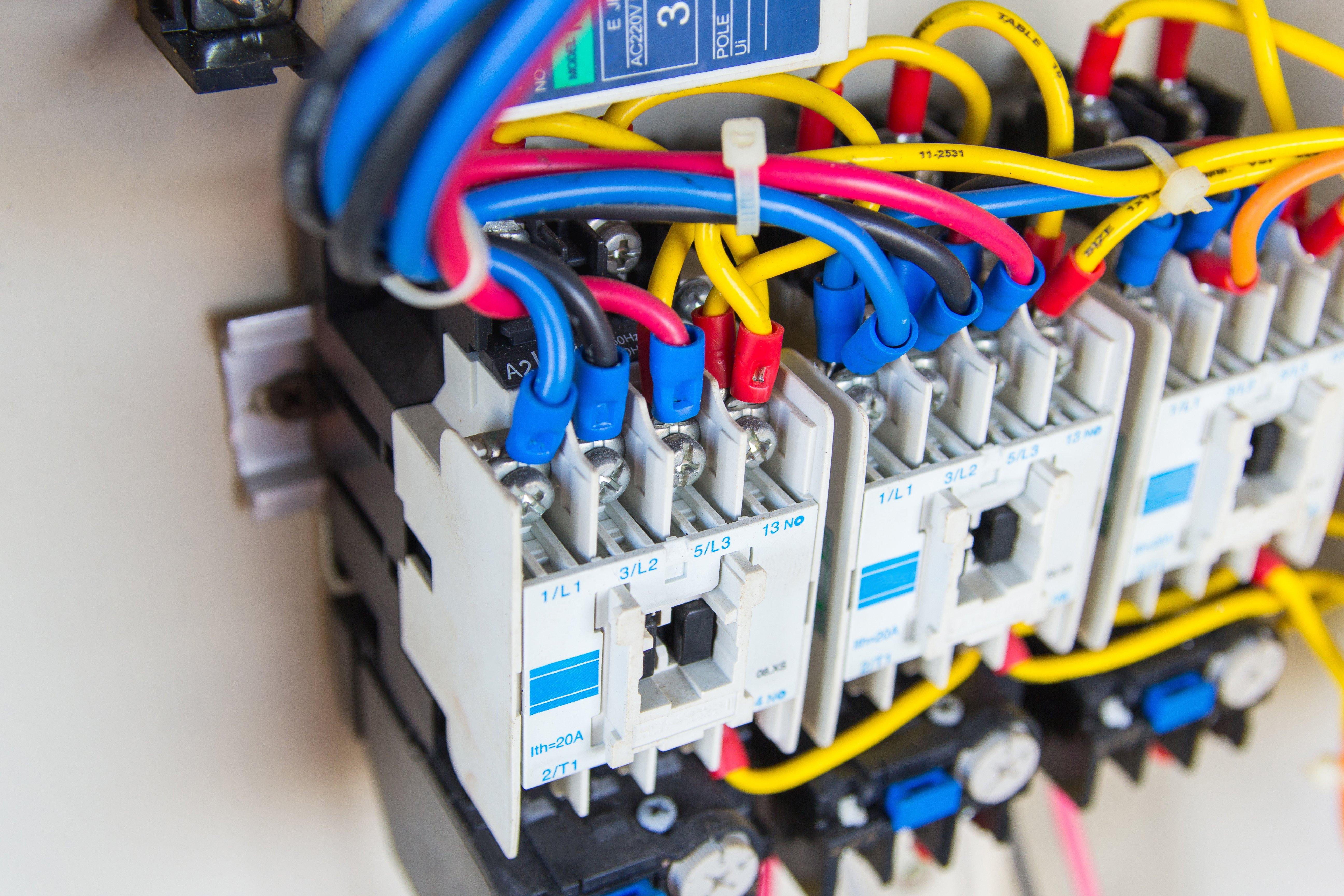 un contatore elettrico con molti fili